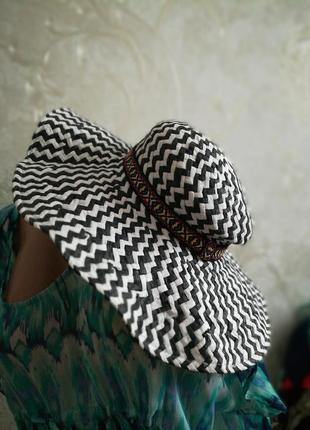 Черно-белая красивая пляжная шляпа