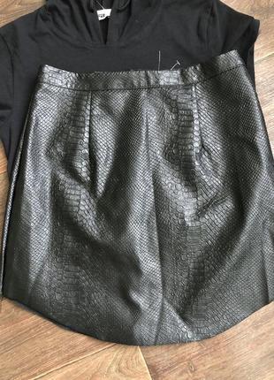 Невероятная юбка, змеиный принт, необработанные края.