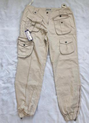 Бежевые штаны в военном стиле