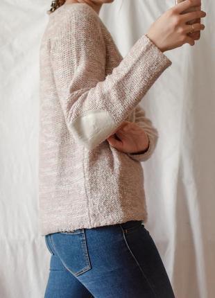 Пудровый свитер интересной вязки с заплатками