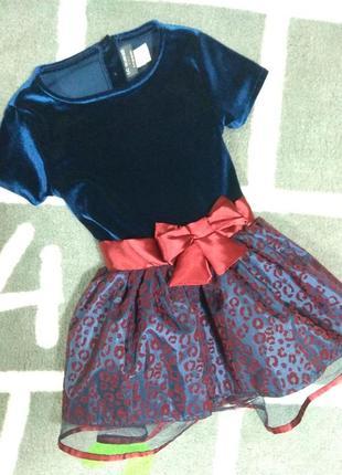 Бархатное платье с бантом и пышной юбкой