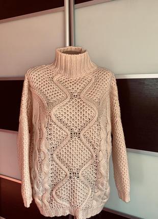 Персиковый свитер грубой вязки