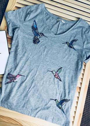 Серая футболка с вышитыми колибри