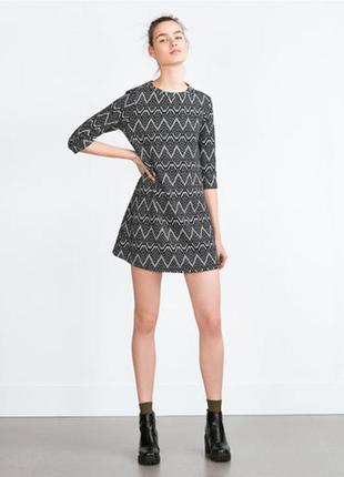 Стильное платье трапеция в геометрический принт, рукав три четверти, плотная ткань