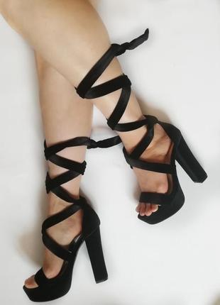 Вельветовые черные босоножки на завязках высокий каблук