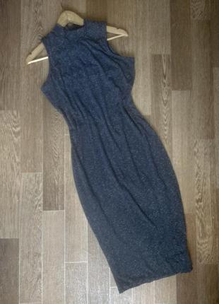 Силуэтное серое платье водолазка миди без рукавов