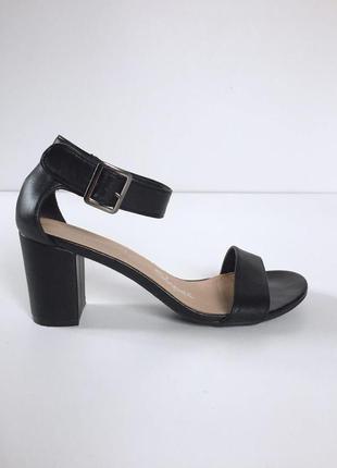 Стильные босоножки на толстом каблуке с ремешком