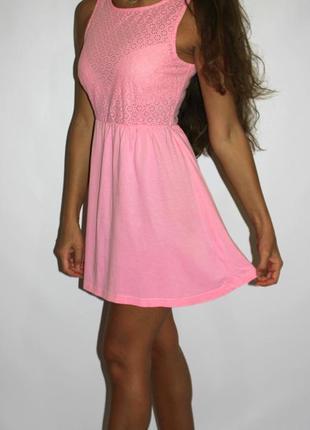 Розовое платье с прошвой на груди -- срочная уценка товара --