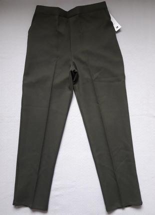 Крутые фактурные брюки со стрелками зауженные к низу сзади на резинке classic image