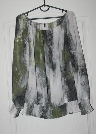 Красивая блуза  stile benetton с абстрактным  принтом