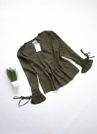 Стильная оверсайз блуза с глубоким декольте цвета хаки asos