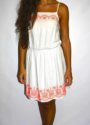 Белоснежное платье с вышивкой ( безумно яркая в жизни )