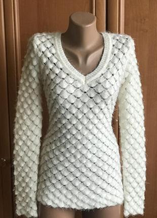 Актуальный белый свитер в сотах