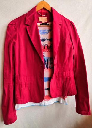 Красный приталенный пиджак
