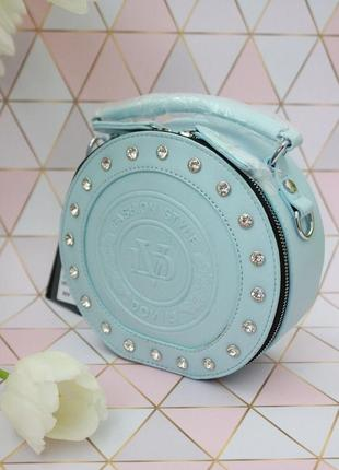 Нежно-голубого цвета сумка барабан