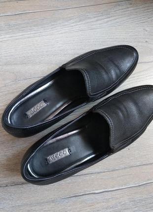 Чорні шкіряні брендові туфлі на зручних підборах