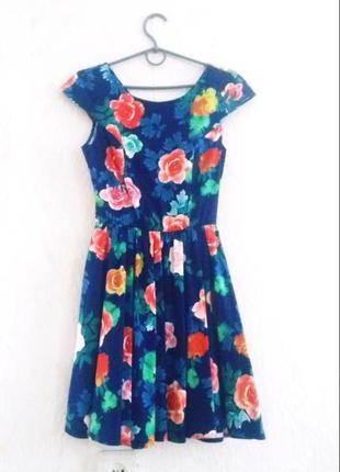 Платье темно-синего цвета с розами