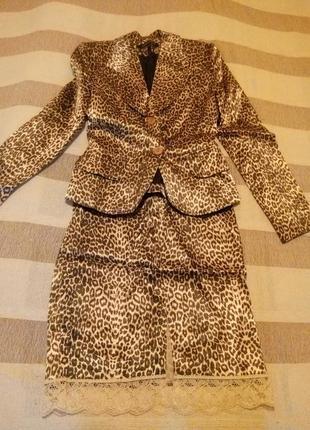 Фирменный костюм пиджак юбка с леопардовым принтом. cinemadonna