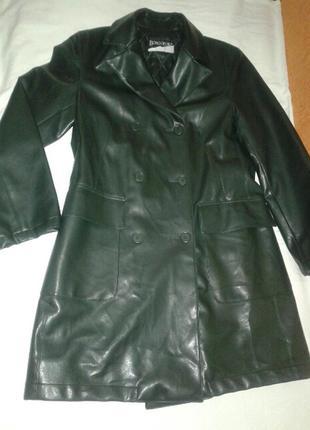 Демисезонное двубортное пальто из кожзама на синтепоне.