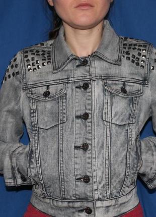 Трендовая укороченная джинсовая куртка c заклепками, размер s
