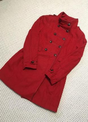 Красное пальто в стиле милитари