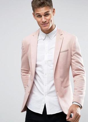 Яркий приталенный розовый пиджак.