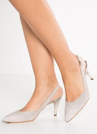 Элегантные.замшевые пудровые туфли-босоножки от unisa(испания)