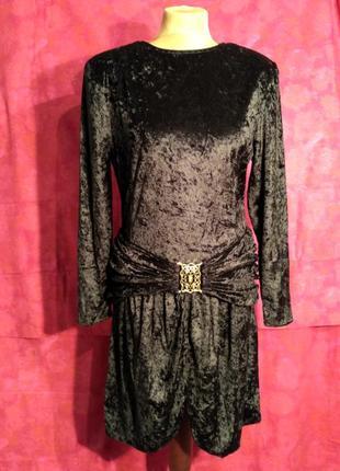 Бархатное черное платье с драпировкой на бедрах.