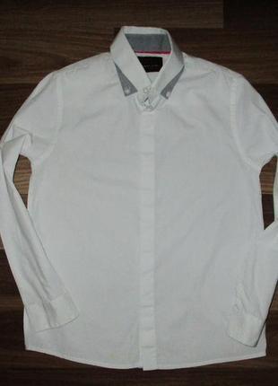 Беленькая котоновая рубашечка фирмы некст на 8-9 лет