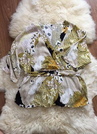 Нарядная блуза на запах с разрезами на боках