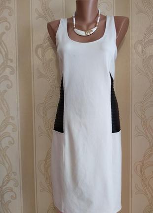 Трикотажное платье с глубоким декольте и вырезом на спине.