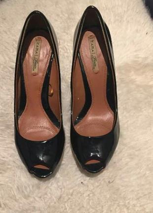 Красивые лаковые туфли с открытым носком