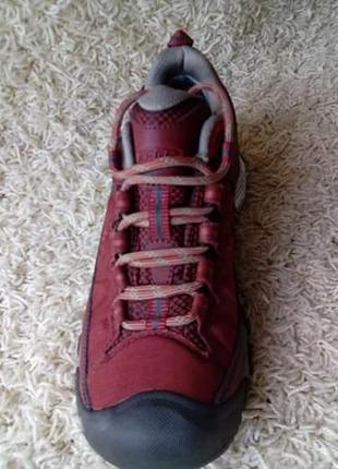 Класні трекінгові кросівки