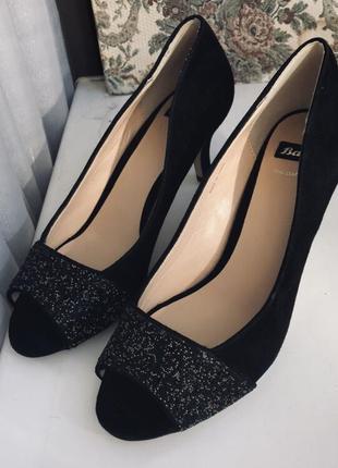 Замшевые туфли на небольшом каблуке