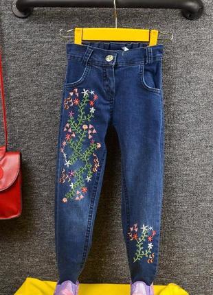 Темносиние джинсы с вышивкой