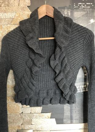 Красивое серое вязаное болеро