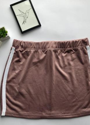 Крутая пудровая нюдовая спортивная юбка с лампасами missguided