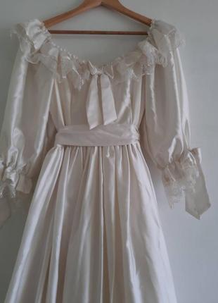 Шикарна весільна сукня у вікторіанському стилі