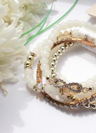 Красивый комплект браслетов