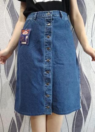 Классическая джинсовая юбка на пуговицах спереди