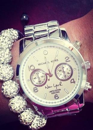Стильные серебристые часы часики