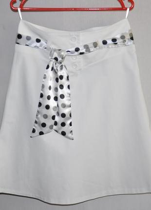 Белая юбка с шелковым поясом