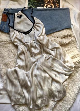 Милое серое атласное платье в пол с принтом на тонких бретелях и вырезом на спине gap