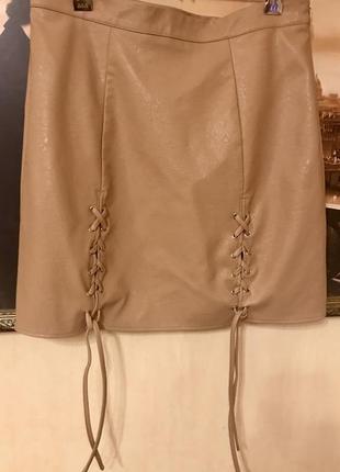 Трендовая кожаная юбка с люверсами на шнуровке. misguided.