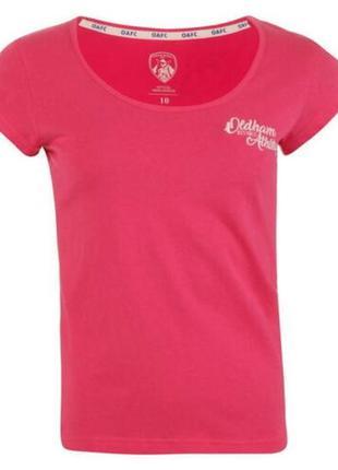 Яркая розовая новая футболка oldham athletic script