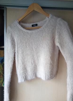 Укороченный свитер пушистый