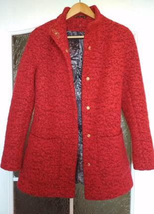 Красное валяное пальто