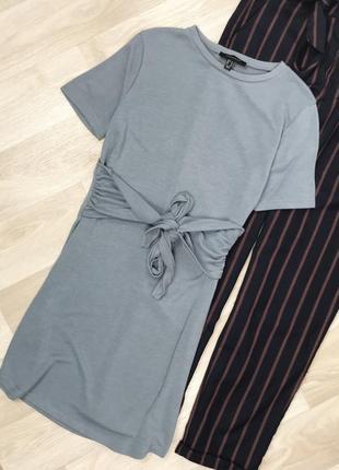 Серо-голубое трикотажное платье с завязочками на поясе atmosphere