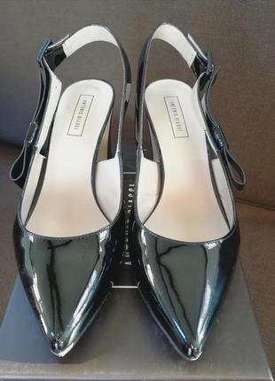 Туфли лаковые на устойчивом каблуке.