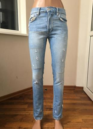Рваные джинсы с потёртостями
